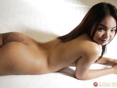 Он снял на улице милую лаосскую девчонку и оттрахал в своём номере
