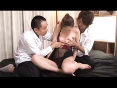 Японские ребята трахают сексуальных девчонок вибраторами и членами