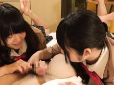 Две ласковые японские студентки трахаются с мужчиной на кровати