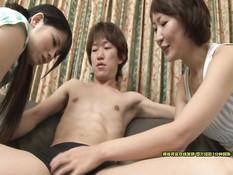Две ласковые японские студентки занимаются сексом с двумя парнями