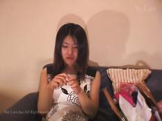 Японский мужчина трахает худую девку на кровати и снимает на видео