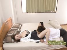 Он зашёл в гости к сиськастой японке и оттрахал в киску на кровати