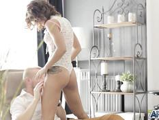 Юная шатенка в прозрачном нижнем белье соблазнила приятеля на секс