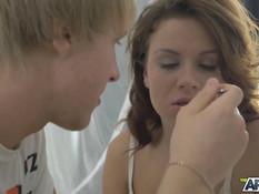 Паренёк отодрал молодую русскую подружку после завтрака в постели