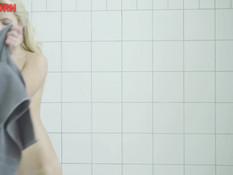 Возбуждённая блондиночка в душе мастурбирует струёй горячей воды