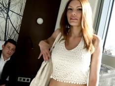 Сисястая россиянка занимается сексом во время туристической поездки
