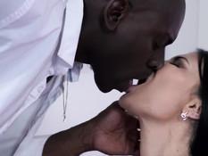 Знойная сисястая брюнетка на кровати занимается сексом с лысым негром