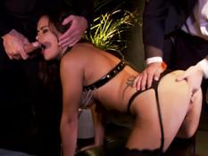 Покорная секс рабыня на поводке трахается сразу с двумя мужчинами