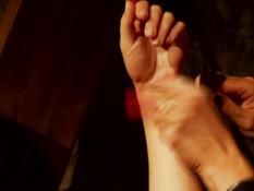 Высокорослая госпожа в латексе оттрахала страпоном покорную рабыню