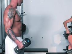 Мускулистый парень отымел молоденькую брюнетку в тренажёрном зале