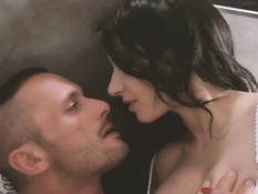 Две грудастые французские красотки затрахали бойфренда на кровати