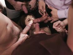 Стройная женщина с маленькой грудью ебётся с мужиком и его друзьями