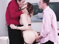 Худенькая французская шатенка занимается сексом с двумя любовниками