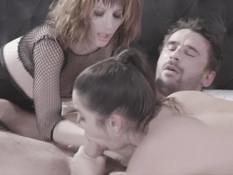 Гламурные девушки в корсетах и сетчатом белье ебутся с мужчиной