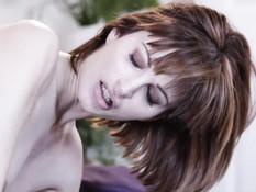 Агрессивная блондинка с большой грудью оттрахала фаллосом шатенку
