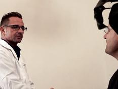 Доктор трахает двух молодых медсестёр вместе с лысым пациентом