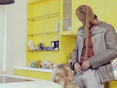 Вломился в дом к пышногрудой блондинке и оттрахал красотку в анус