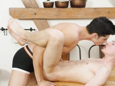 Темноволосый спортивный гей трахает на кухне худенького блондина