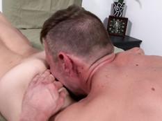 Спортивный гей с тату на плече отсосал у друга член и подставил очко