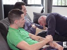 Голубые парни пригласили в гости атлетичного гея и оттрахали в анус