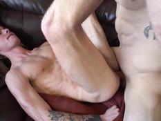 Трое гомосексуальных парней занимались анальным сексом на диване