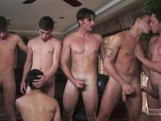 Шесть молодых геев наплавались в бассейне и надумали заняться сексом