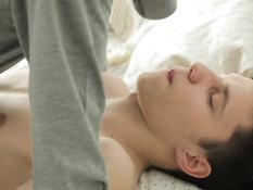 Молодые ребята целуются и вдвоём занимаются гей сексом на кровати