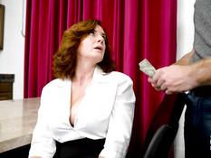 Мамочка с большой отвисшей грудью трахается с молодым любовником
