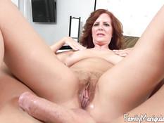 Мамочка с обвисшими сиськами трахается на кровати с молодым парнем