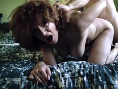 Неудовлетворённая мамочка с большими сиськами постоянно хочет секса