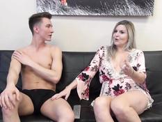 Мамочка увидела что паренёк смотрит порно и занялась с ним сексом