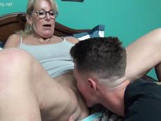 Похотливая мамочка сосала пенис и трахалась с пареньком на кровати