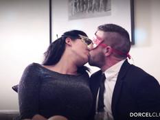 Две свинг пары занялись любовью на диване после выпитого шампанского
