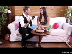 Молодая брюнетка устроила свинг вечеринку на Дне рождения подружки