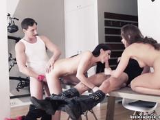 Две красивые молодые подружки пригласили парней на свинг вечеринку