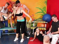 Три девчонки трахались с парнями на свинг пати в тренажёрном зале