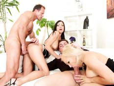 Три развратные пары любители свинг секса трахаются на вечеринке