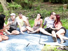 Три молодые пары свингеры занимаются сексом во время пикника в лесу