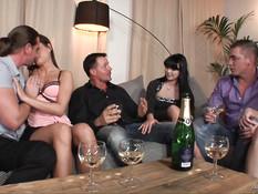 Три свинг пары выпили по бокалу шампанского и устроили секс оргию