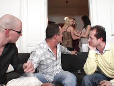На вечеринке свингеров парни отымели трёх девушек во все дырочки