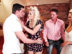 Трёх сексуальных блондинок отымели в разных позах на свинг вечеринке