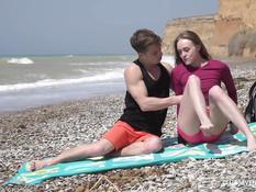 Парень привёл на морской пляж молодую подругу и отымел во влагалище
