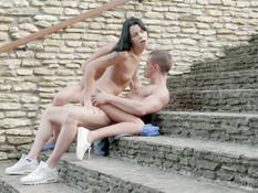 Молодая блондинка с подружкой брюнеткой трахается с парнем на улице