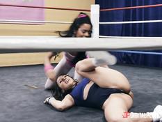 Тренер вышел на ринг и оттрахал молодую мулатку и соперницу шатенку