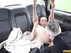 Грудастая мулатка села в такси и трахнулась с седовласым водителем