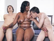 Толстая мулатка занимается любовью с двумя худыми белыми парнишками
