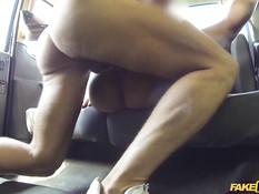 Худая мулатка села в английское такси и занялась сексом с водителем