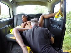 Бесстыжая молодая мулатка села в такси и соблазнила водителя на секс