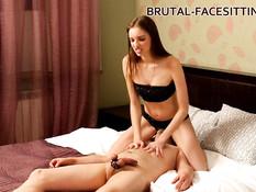 Послушный раб лижет ноги молодой русской госпоже и кончает на ступни