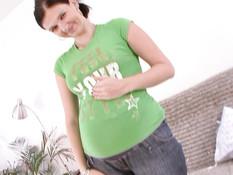 Сисястая беременная девка с тату на лобке сосёт хуй и ебётся на полу